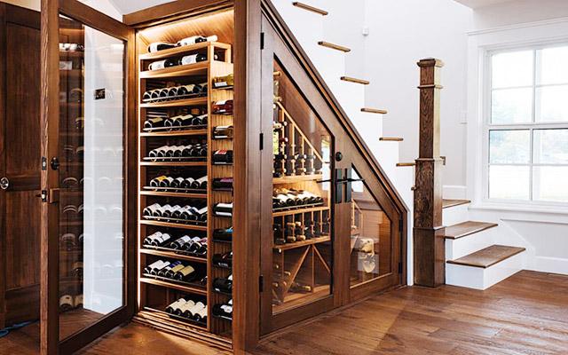 Tận dụng gầm cầu thang làm tủ rượu