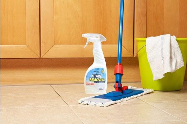 Dùng nước lau sàn để tẩy keo dính chuột