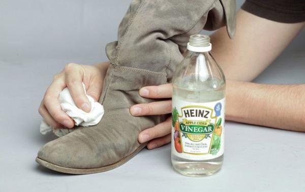 Cách làm sạch giày da bằng giấm