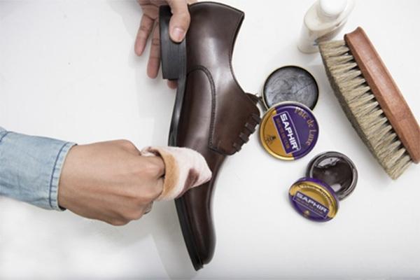 Bọc bít tất vào bàn chải đánh răng để làm sạch giày da