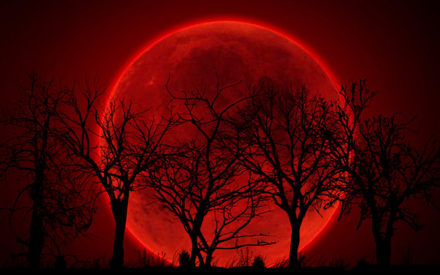 Màu sắc của Mặt trăng khi trăng máu là do khí quyển Trái Đất lọc ánh sáng Mặt trời