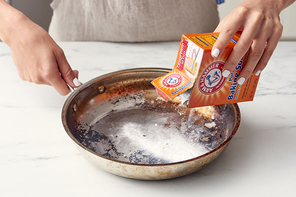 Baking soda làm sạch nồi inox bị cháy