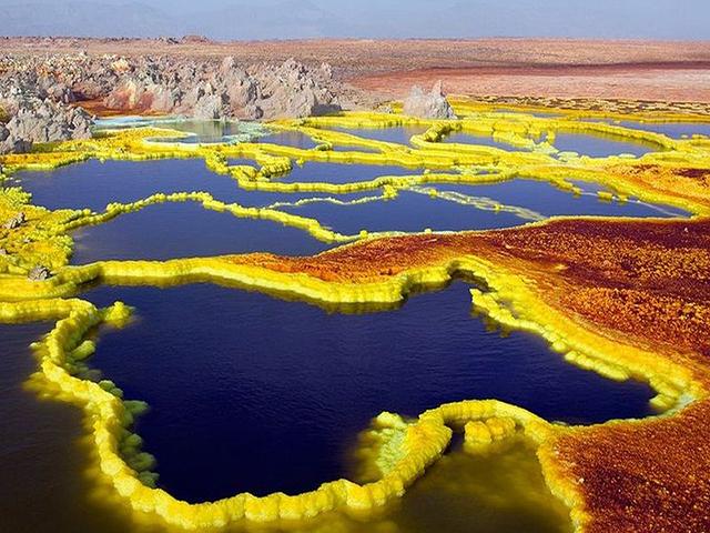 Vùng đất bao quanh bởi khí độc nhiều màu