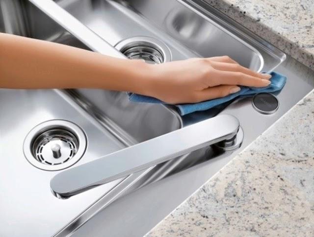 Dùng xi chuyên dụng để làm sạch các thiết bị bằng inox
