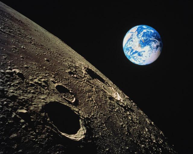 tại sao mặt trăng lại sáng