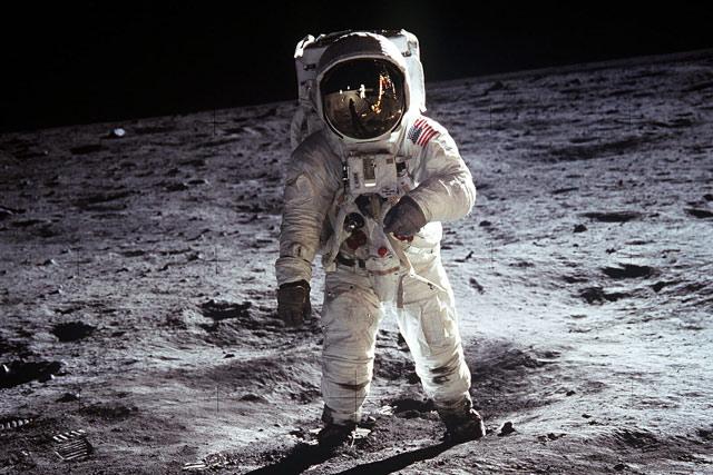 Người đầu tiên lên mặt trăng