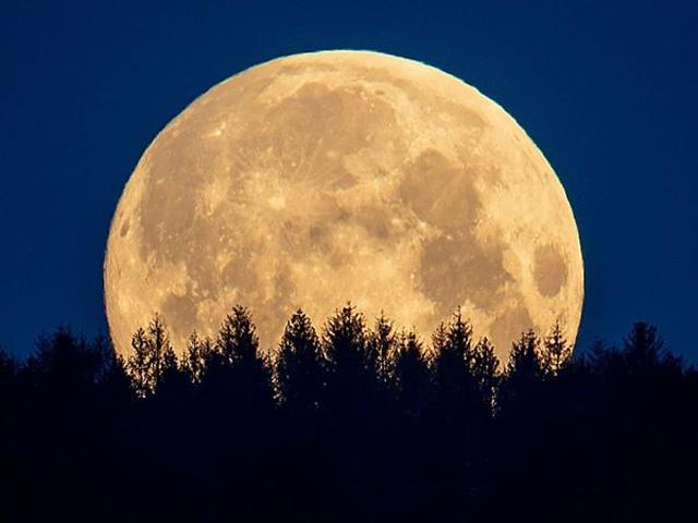 tại sao mặt trăng phát sáng